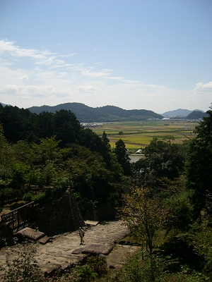 Climbing up Mt. Azuchi toward the castle ruins