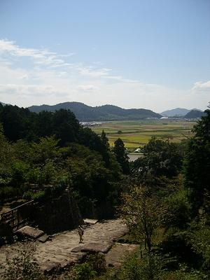 Climbing up Mt. Azuchi toward the castle ruins